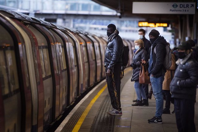 Archivo - 12 January 2021, England, London: Commuters getting on a Jubilee Line Underground train at Canning Town station during the morning rush hour, as the country's third national lockdown to curb the spread of coronavirus (COVID-19) continues. Photo: