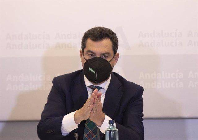 El presidente de la Junta, Juanma Moreno (c), durante  la reunión del Consejo Asesor de Alertas de Salud Pública de Alto Impacto (Comité de Expertos Covid-19). En el Palacio de San Telmo, Sevilla (Andalucía),  a 03 de marzo de 2021. Foto de archivo.