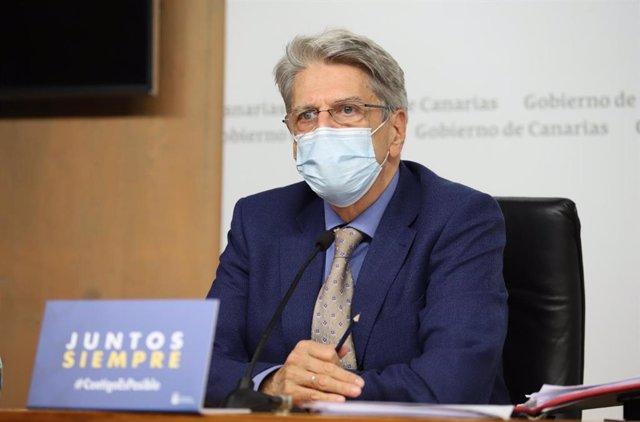 Archivo - El portavoz del Gobierno de Canarias, Julio Pérez, en rueda de prensa