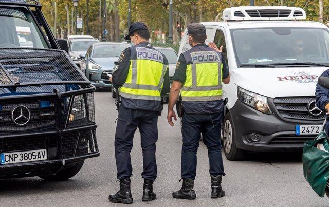 Archivo - Agents de la Policia Nacional fan un control de mobilitat