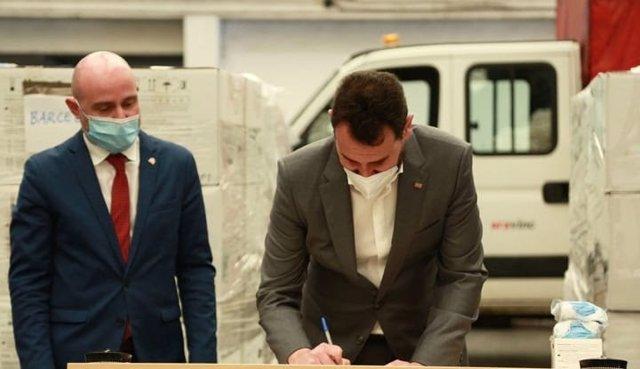 El diputado adjunto de Recursos Humanos de la Diputación de Barcelona, Rubén Guijarro, recibe una partida de mascarillas de protección por parte del subdelegado del Gobierno en Barcelona, Carlos Prieto.
