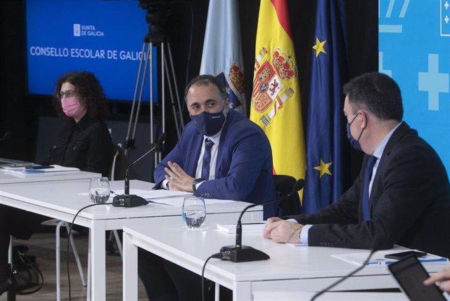 Los conselleiros de Cultura, Educación e Universidade, Román Rodríguez,  y de Sanidade, Julio García Comesaña, participan en el Consello Escolar de Galicia para analizar el seguimiento del curso.