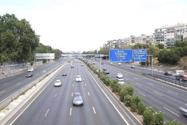 Archivo - Coches en las carreteras de Madrid.