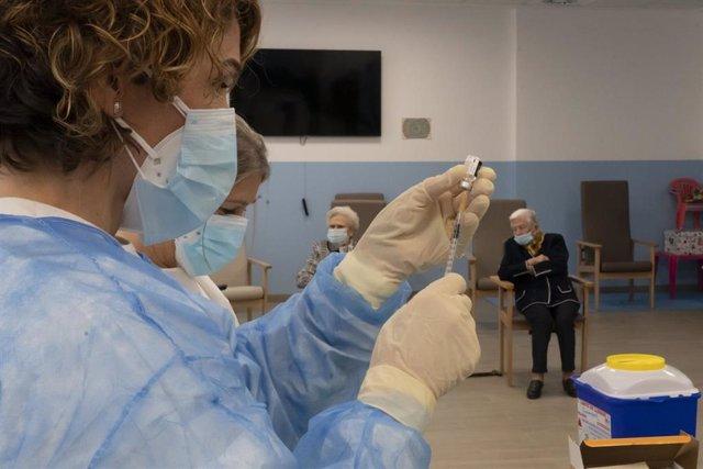 Archivo - Aragón tiene previsto vacunar contra la COVID-19 a alrededor de 27.000 personas durante la próxima semana.