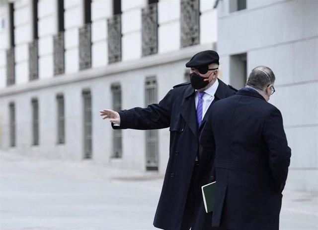 El comisario jubilado José Manuel Villarejo (i) acompañado por su abogado, Antonio García Cabrera, a su salida de la Audiencia Nacional
