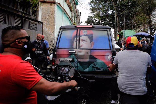 La imagen de Hugo Chávez en una furgoneta, en Caracas