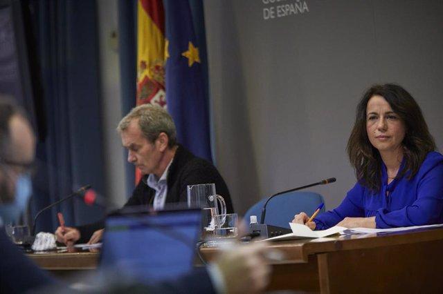 El director del Centro de Coordinación de Alertas y Emergencias Sanitarias (CCAES), Fernando Simón (i), y la secretaria de Estado de Sanidad, Silvia Calzón (d)