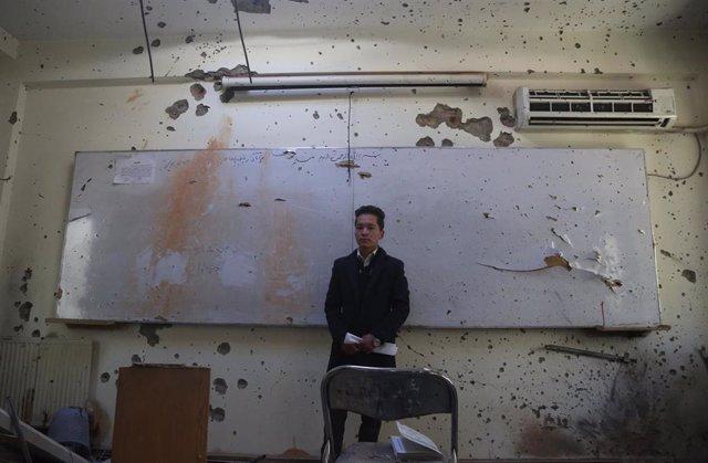 Archivo - Ibrahim Erjadi, un estudiante que sobrevivió al ataque a la Universidad de Kabul en una clase destrozada pocos días después del atentado.