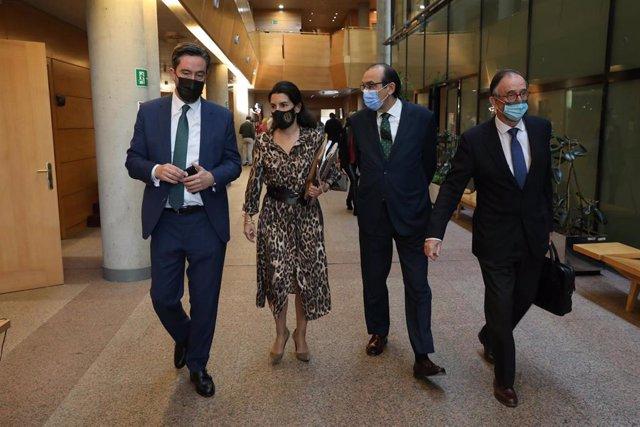 La portavoz de Vox, Rocío Monasterio (2i), y el diputado de Vox, José Luis Ruiz Bartolomé (1i), antes de una sesión plenaria en la Asamblea de Madrid (España),