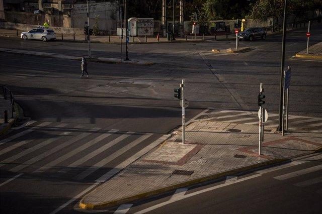 Archivo - Calle vacía de Atenas, sacudida por un nuevo terremoto con epicentro en el centro del país.