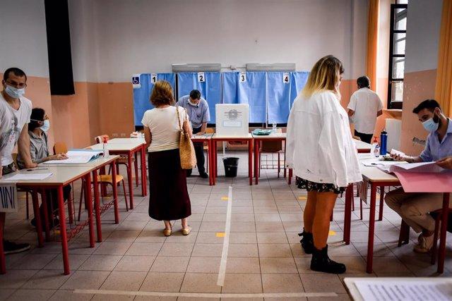 Archivo - Un grupo de personas acude a votar en Milán.