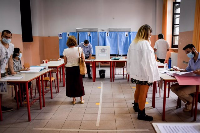 Archivo - 20 September 2020, Italy, Milan: People are seen inside a polling station to cast their vote for a constitutional referendum over the slimming down of parliament and to renew local governors in seven regions, along with mayors in approximately 1