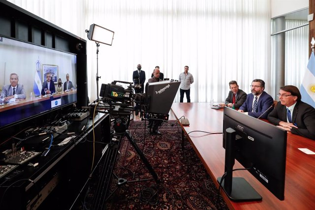 Archivo - HANDOUT - 30 November 2020, Brazil, Brasilia: Brazilian President Jair Bolsonaro (R) and Brazilian Foreign Minister Ernesto Araujo (2nd R) hold a video call meeting with Argentine Foreign Minister Felipe Sola (L), Argentine President Alberto Fer