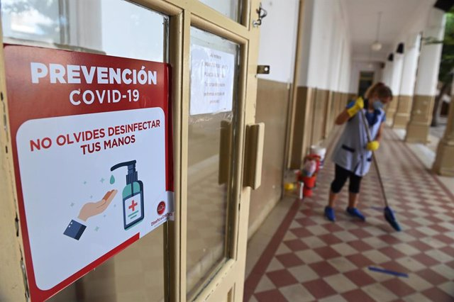 09 February 2021, Argentina, Rosario: A woman disinfects the schoolyard before the resumption of attendance classes amid the Corona pandemic. Despite fierce debate from unions, face-to-face classes are set to resume in the Argentine capital on 17 February