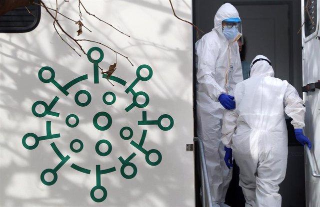 Sanitarios de la Junta de Andalucía, preparados para  hacer los test rápidos de antígenos PCR, en un cribado masivo en la barriada malagueña de La Luz. Málaga a 04 de febrero del 2021