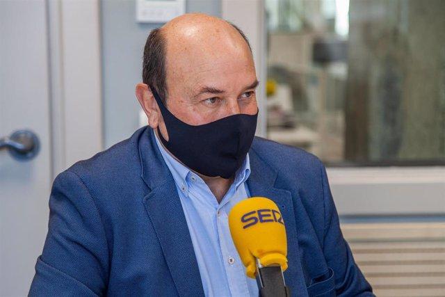 Archivo - El presidente del EBB del PNV, Andoni Ortuzar, en una entrevista en la cadena SER