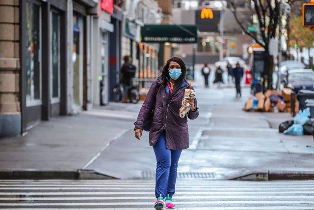 Archivo - Una mujer con mascarilla en Nueva York (EEUU) durante la pandemia de coronavirus