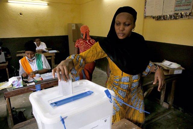 Archivo - Una mujer vota en las elecciones en Costa de Marfil