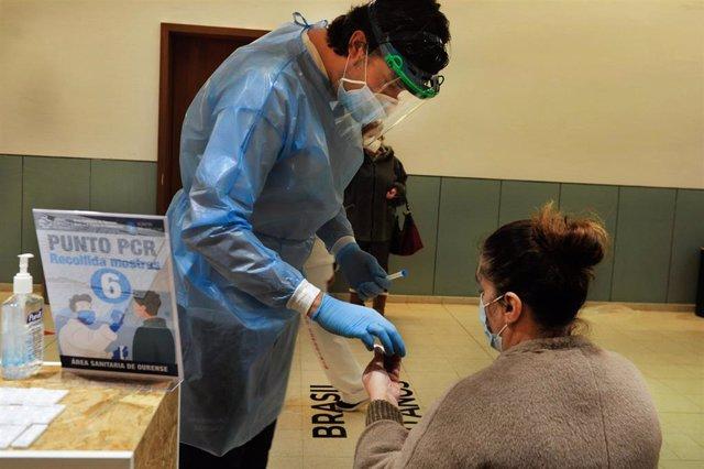 Una mujer participa en un dispositivo de cribado masivo para detectar positivos por coronavirus en Expourense.