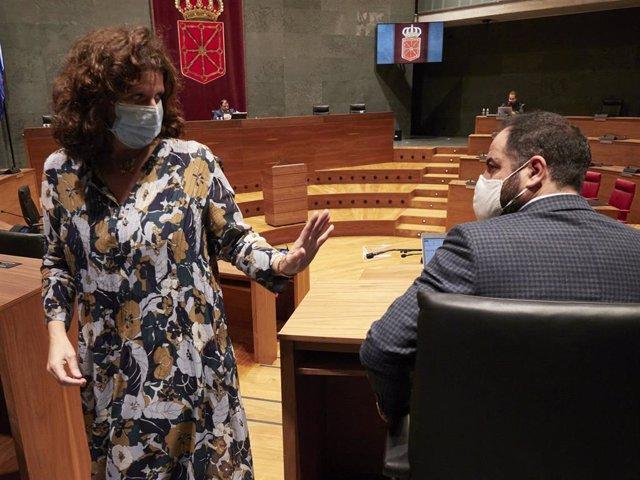 Archivo - La parlamentaria de Navarra Suma Marta Álvarez, pasa junto al portavoz del PSN, Ramón Alzórriz, en el Parlamento de Navarra.