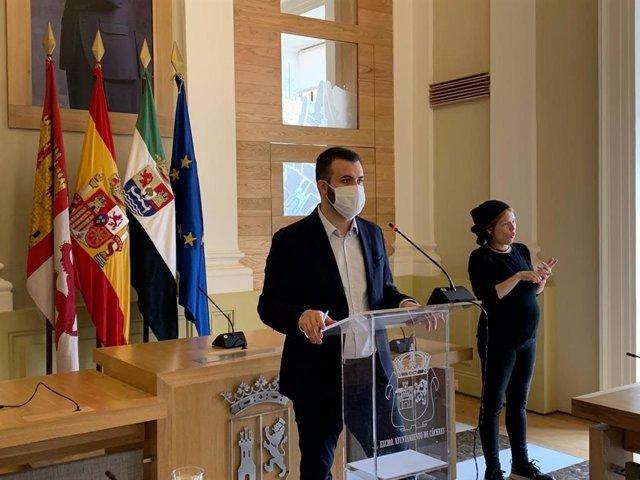 El alcalde de Cáceres, Luis Salaya, en una rueda de prensa este viernes en el Ayuntamiento cacereño
