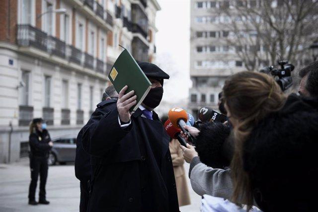 El comisario jubilado José Manuel Villarejo responde a los medios de comunicación a su salida de la Audiencia Nacional donde le han interrogado como investigado en dos piezas separadas del caso 'Tándem', en Madrid, (España), a 4 de marzo de 2021. La citac