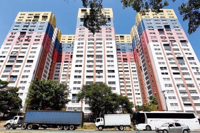 Cola de camiones en Caracas