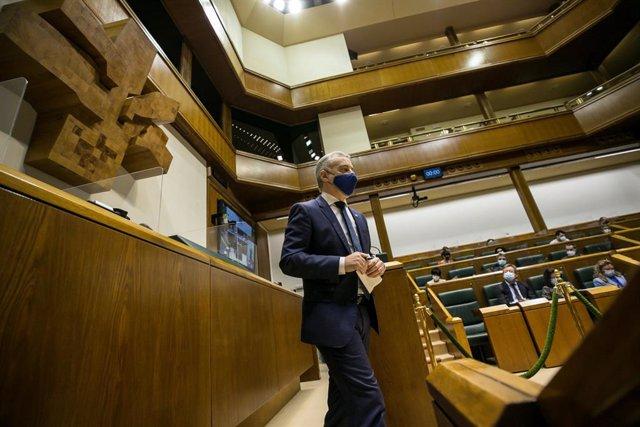 El lehendakari, Iñigo Urkullu, en el pleno de control al gobierno, en Vitoria
