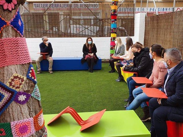 Imagen de la visita de la consejera de Educación y Cultura, Esperanza Moreno, al CEIP Virgen de las Maravillas de Cehegín