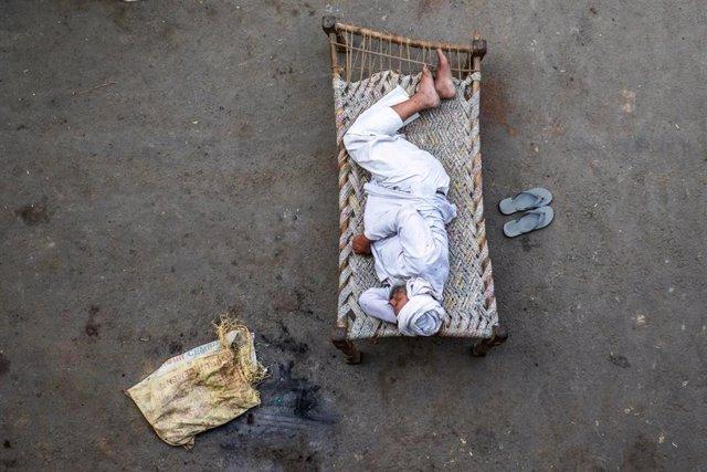Un agricultor descansa para seguir manifestándose contra las nuevas leyes agrarias en India.