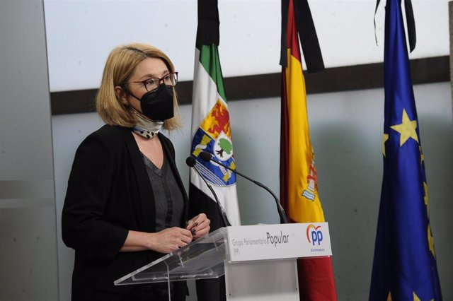 La portavoz del Grupo Parlamentario Popular, Cristina Teniente, en rueda de prensa
