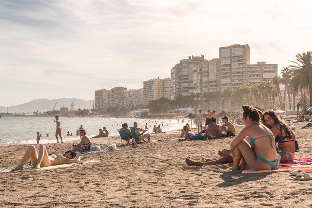 Archivo - Bañistas disfrutan en la playa de Málaga En Málaga, Andalucía, (España), a 7 de agosto de 2020.