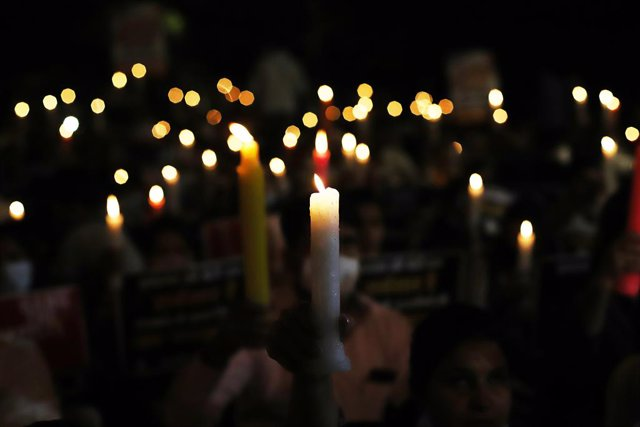 Archivo - 12 October 2020, India, Delhi: Candles are lit during a vigil by the Indian Youth Congress against the rape crimes, following the death of a 20-year-old woman after being allegedly gang-raped by plice officers in Hathras. Photo: Amarjeet Kumar S