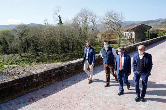 El presidente de Cantabria, Miguel Ángel Revilla, y otras autoridades han inaugurado el nuevo espacio de ocio en el entorno del puente de Meca en Ucieda