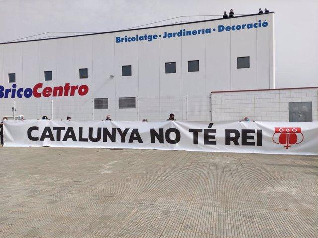 Pengen una pancarta davant la porta de Seat de Martorell (Barcelona) contra la visita del rei.