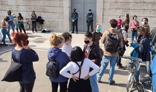 Concentración ante la sede de la Delegación del Gobierno en València, donde un grupo de jóvenes ha entrado para exigir la retirada de la Ley Mordaza y de multas a feministas