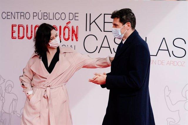 La presidenta de la Comunidad de Madrid, Isabel Díaz Ayuso, ha presentado este viernes con el futbolista Iker Casillas el nuevo Colegio público de Educación Especial en Torrejón de Ardoz que llevará el nombre del exjugador y que estará operativo en 2022.