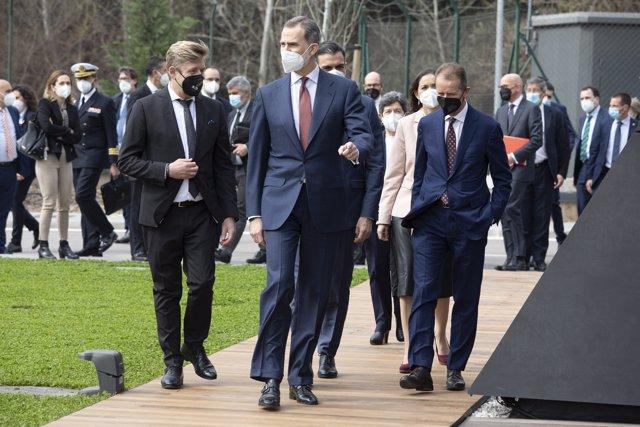 El presidente de Seat, Wayne Griffiths (izq), y el Rey Felipe VI (der) en la visita a la planta de Seat en Martorell (Barcelona).