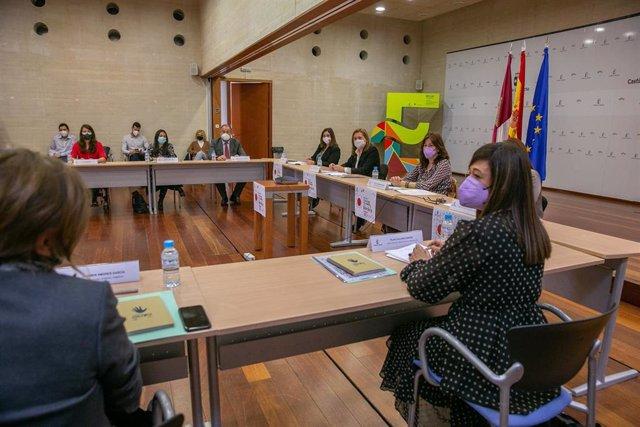 La consejera de Educación, Cultura y Deportes, Rosa Ana Rodríguez, y la consejera de Igualdad y portavoz del Gobierno, Blanca Fernández, presiden la constitución de la Mesa por la Igualdad de Género en el Deporte