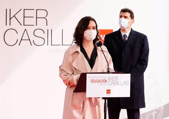 La presidenta de la Comunitat de Madrid, Isabel Díaz Ayuso, visita la parcel·la on es construirà un col·legi d'Educació Especial a Torrejón de Ardoz, al costat de l'exfutbolista Iker Casillas.