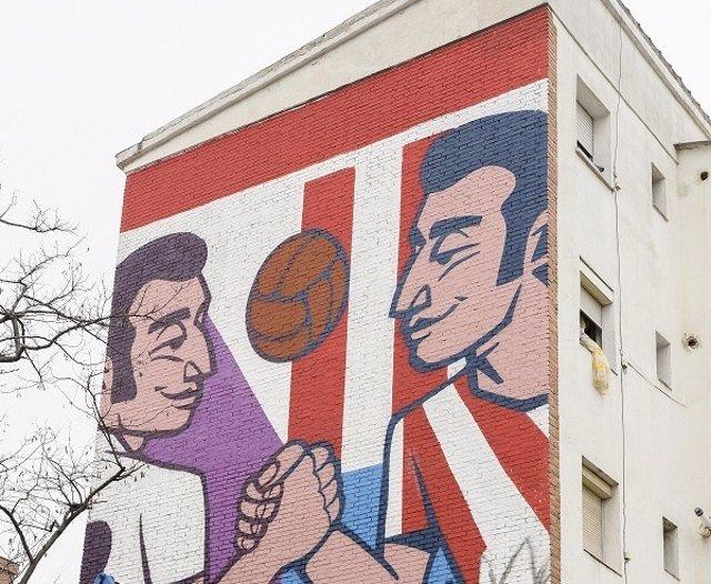 LaLiga y Telepizza inauguran un mural en el cruce de las calles Atlético de Madrid y Real Madrid por el derbi.