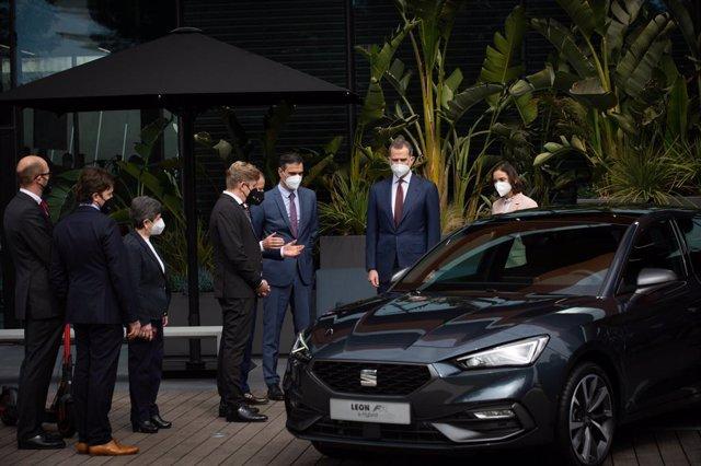 El presidente del Gobierno, Pedro Sánchez (6i), y el Rey Felipe VI (2d) a su llegada a las instalaciones que el fabricante automovilístico SEAT tiene en Martorell con motivo de haberse cumplido 70 años de su creación, en Martorell, Barcelona, Catalunya (E