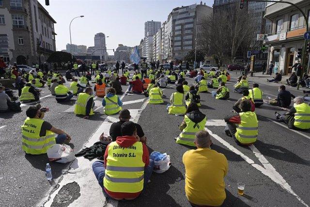 Trabajadores de ENCE Pontevedra y transportistas de madera protagonizan una sentada ante la Delegación del Gobierno en Galicia