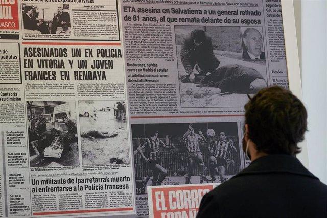 """Una persona observa una de las portadas de periódicos que componen la exposición """"El terror a portada. 60 años de terrorismo en España a través de la prensa"""" en el Centro Cultural Montehermoso de Vitoria-Gasteiz, Álava"""
