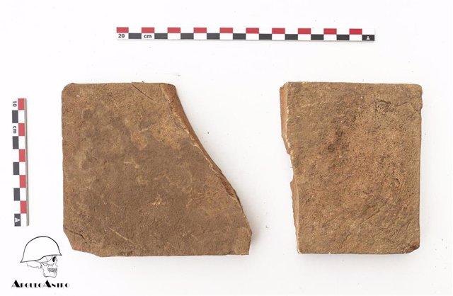 El equipo de arqueólogos halla una caja de madera sin restos óseos y con dos fragmentos de loseta en su interior