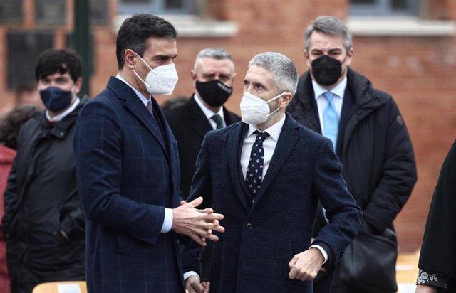 El presidente del Gobierno, Pedro Sánchez, y el ministro del Interior, Fernando Grande-Marlaska, durante el acto de destrucción de armas celebrado este jueves en dependencias de la Guardia Civil en Valdemoro (Madrid)