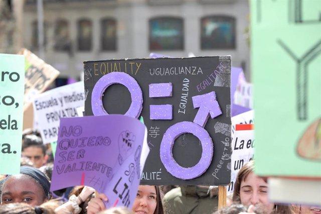 Archivo - Pancartas en una huelga feminista.