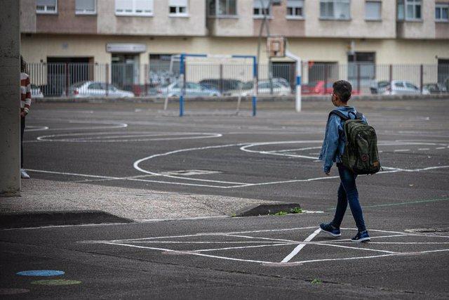Archivo - Un niño en el patio del colegio, en Vitoria-Gasteiz.