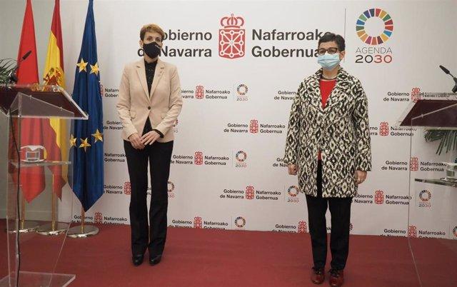 La ministra de Asuntos Exteriores, Unión Europea y Cooperación, Arancha González Laya (d), con la presidenta del Gobierno de Navarra, María Chivite, este viernes en Pamplona.