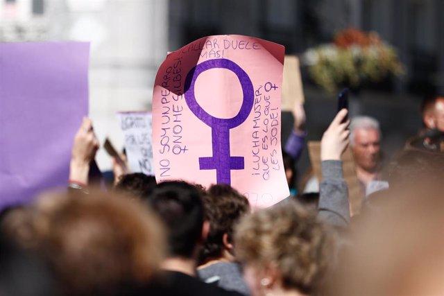 Archivo - Una pancarta en una concentración feminista.